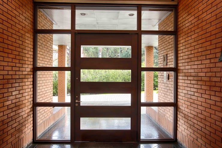 Puerta de acceso Condominio Parque Praguer, Lo Barnechea, Santiago: Ventanas de estilo  por Ignisterra