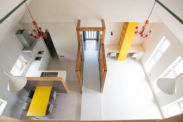복도&거실&주방: 건축사사무소 재귀당의  거실