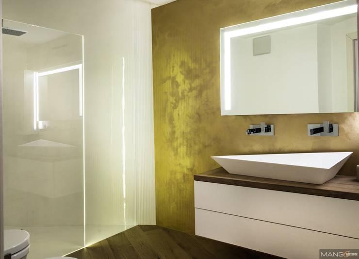 Ristrutturazione e nuovo bagno con lavabo Sfacciato e resine oro: Bagno in stile  di Mangodesign
