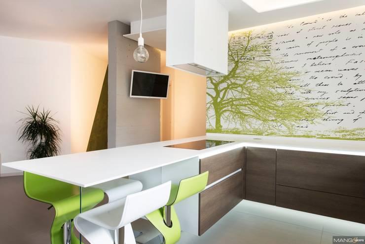 Ristrutturazione e nuova cucina in corian e legno: Cucina in stile  di Mangodesign