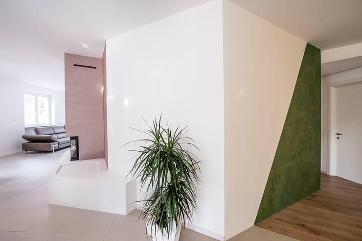 """Ristrutturazione zona giorno con nostra lampada """"Riservata"""": Ingresso & Corridoio in stile  di Mangodesign"""