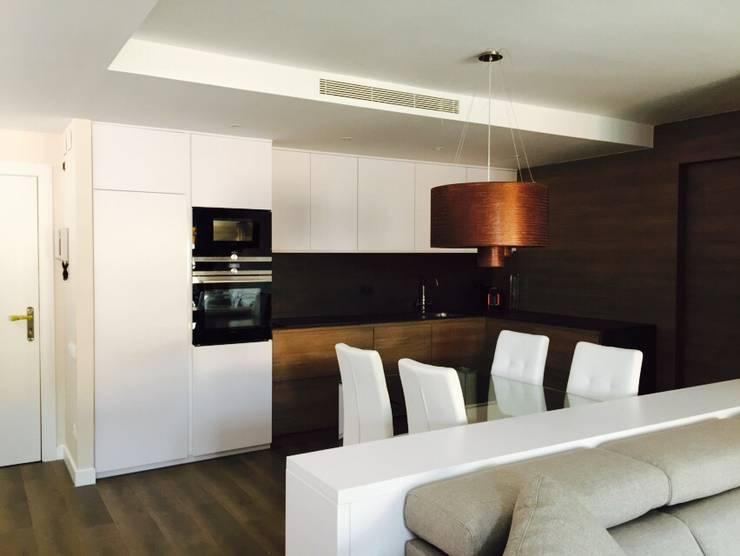 現代廚房設計點子、靈感&圖片 根據 Sebastián Bayona Bayeltecnics Design 現代風
