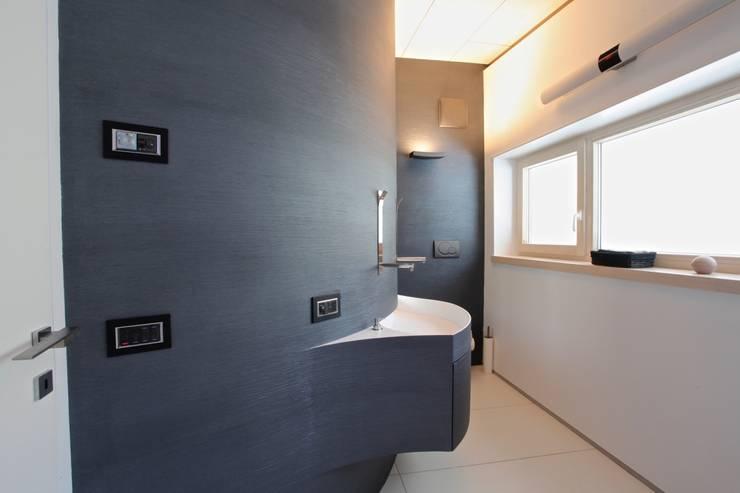 Banheiros modernos por Mangodesign