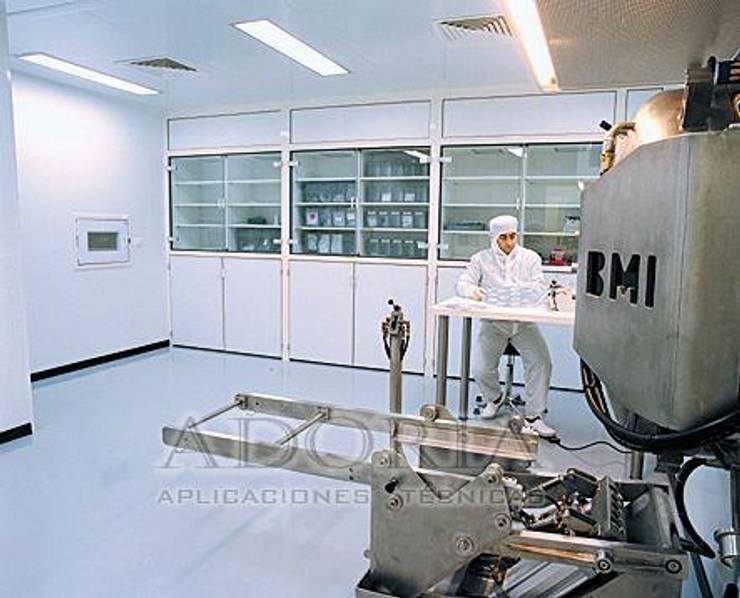 Piso epoxico para Laboratorios Clínicas y consultorios médicos de estilo industrial de Adoria Aplicaciones Técnicas Industrial