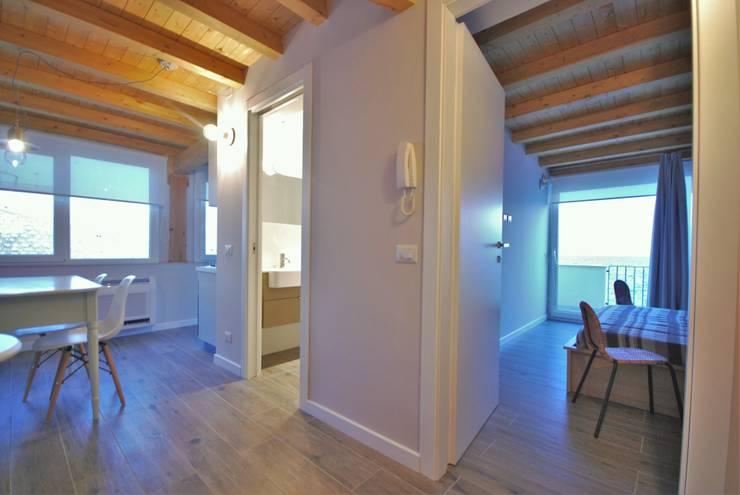 La mansarda sul mare: Ingresso & Corridoio in stile  di Viviana Pitrolo architetto