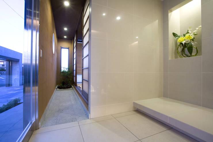 Modern corridor, hallway & stairs by Franka Modern