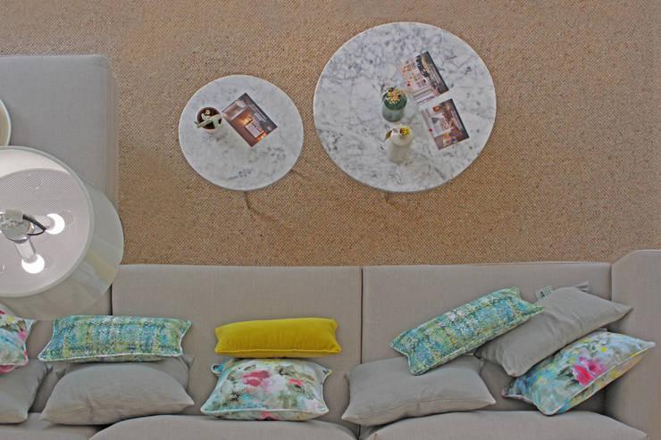 Novidades que enchem a sala de estar : Sala de estar  por Entre Led e Design