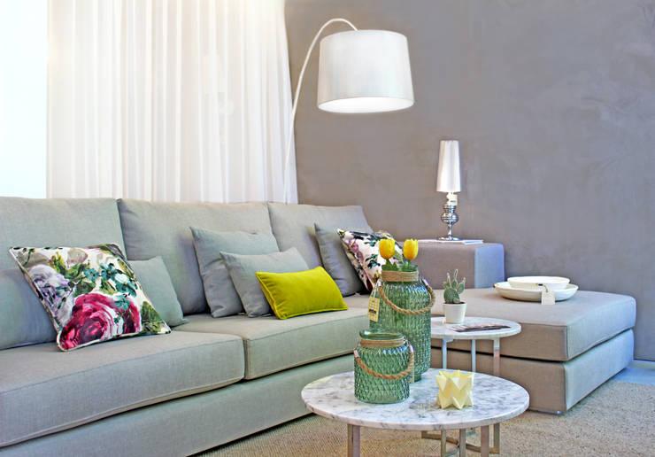 Novidades que enchem a sala de estar: Sala de estar  por Entre Led e Design