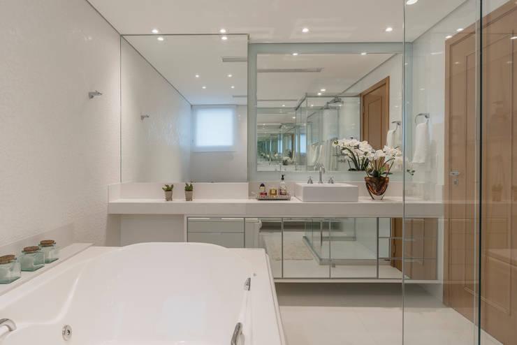 Baños de estilo  por Sandra Pompermayer Arquitetura e Interiores