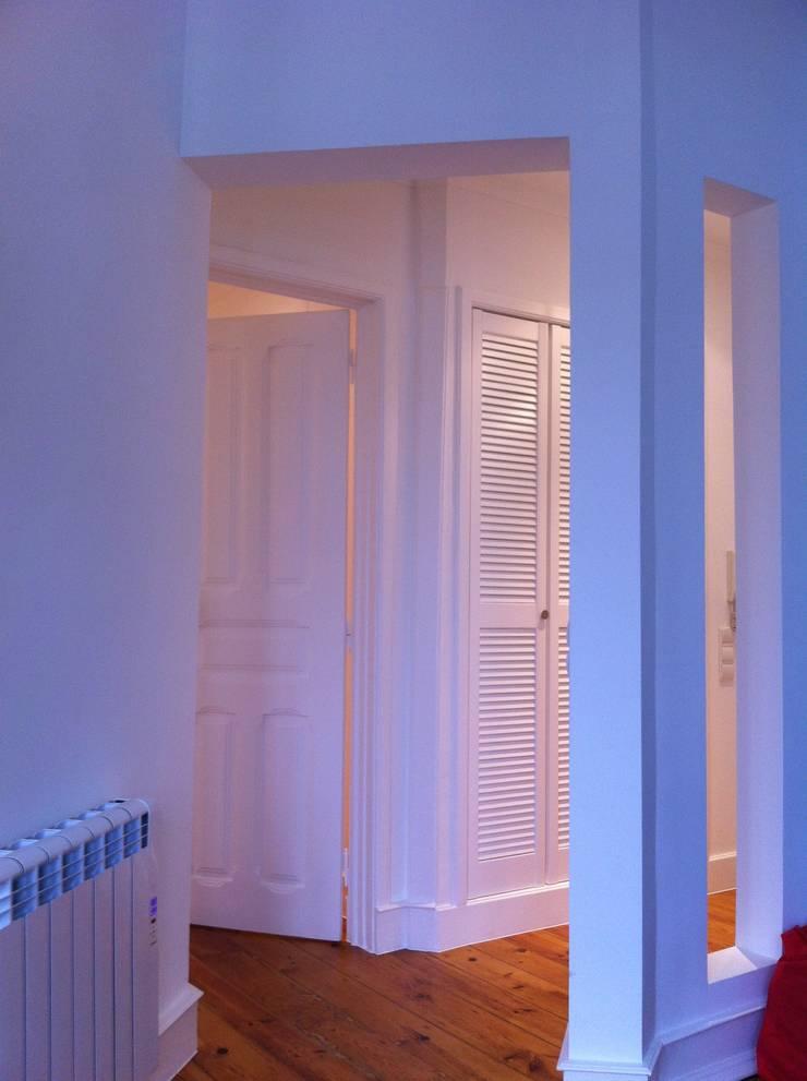 Reabilitação_ Apartamento, Campo de Ourique, Lisboa: Corredores e halls de entrada  por mube arquitectura