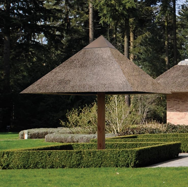 Rietgedekte parasol model Elegant:  Tuin door Parasolux