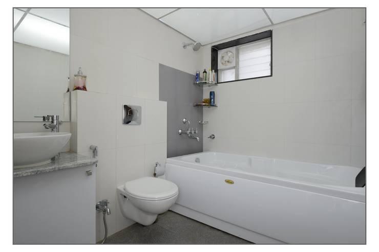 Master Toilet:  Bathroom by Navmiti Designs