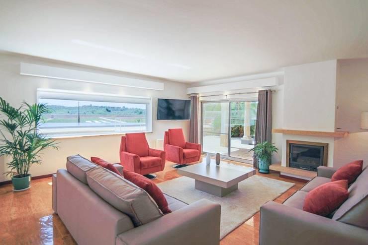 Projecto Decoração de Interiores – Águas Sagradas: Sala de estar  por Simple Taste Interiors