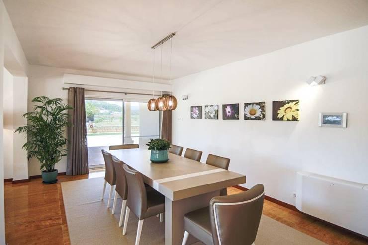 Projecto Decoração de Interiores – Águas Sagradas: Sala de jantar  por Simple Taste Interiors