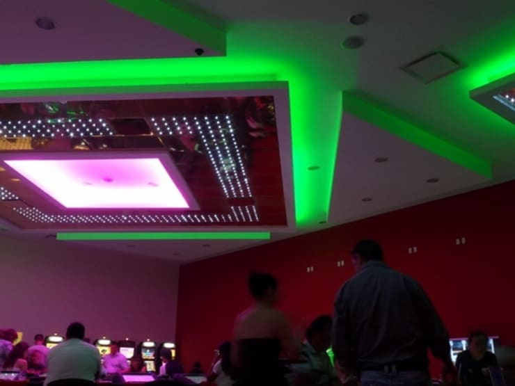 Iluminación LED Casino Palace Cancún, México.: Salas multimedia de estilo  por Iluminación LED