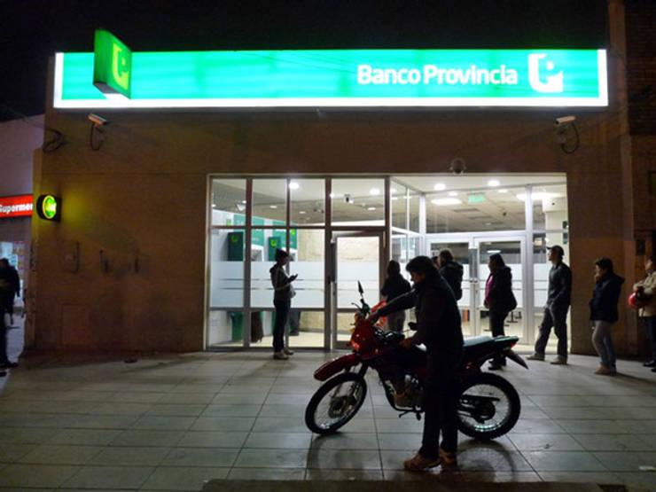 Iluminación LED, Banco Provinciao Interior y Marquesina, todo con LEDs: Oficinas y locales comerciales de estilo  por Iluminación LED,