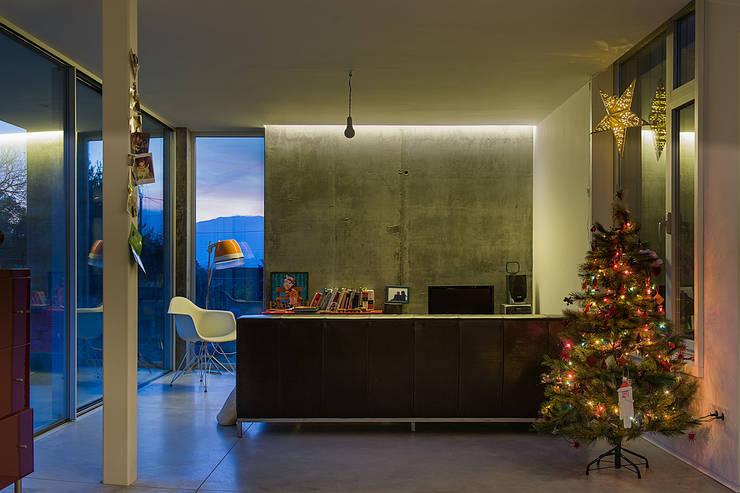 Salas de estar  por Fernández Luna Oficina de Arquitectura SCP