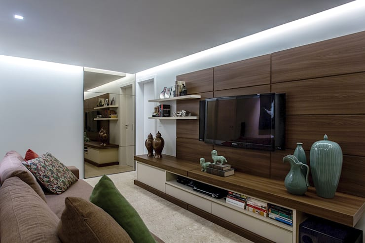 modern Media room by Roberta Rennó Arquitetura
