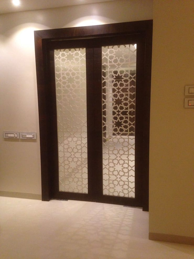 LIVING ROOM ENTRANCE DOOR :  Living room by Arctistic design group