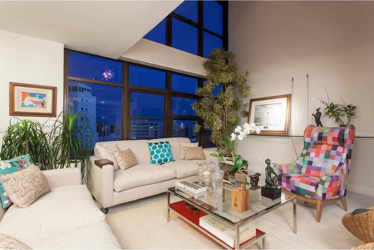Decoração de Apartamento | Jardim de Verssailles | Salvador-Ba: Salas de estar  por Maria Julia Faria Arquitetura e Interior Design