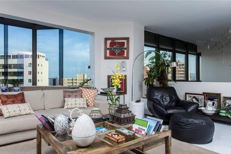 Decoração de Apartamento | Jardim de Verssailles | Salvador-Ba: Salas multimídia  por Maria Julia Faria Arquitetura e Interior Design