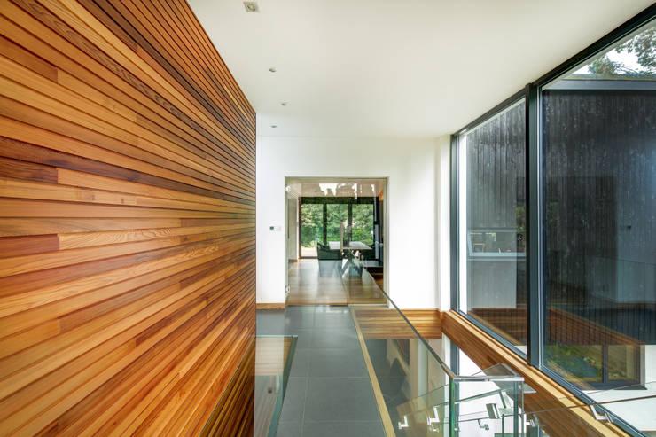 Pasillos y recibidores de estilo  por Re-Format LLP