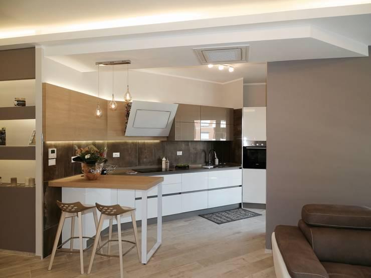 La cucina aperta sul living.: Cucina in stile  di NicArch