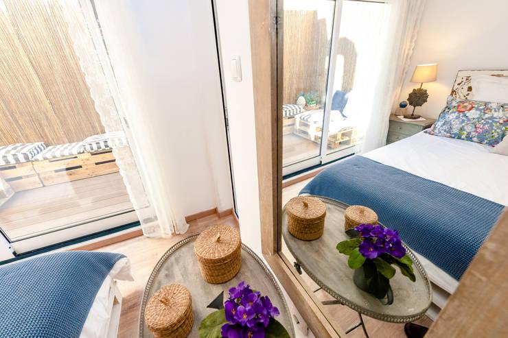 Um apartamento com um toque descontraído de campo em plena cidade.: Quartos  por alma portuguesa