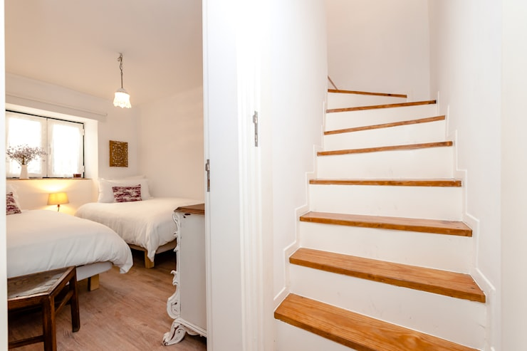 Um apartamento com um toque descontraído de campo em plena cidade.: Corredores e halls de entrada  por alma portuguesa