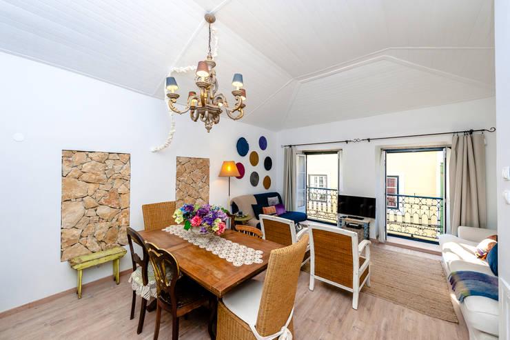 Um apartamento com um toque descontraído de campo em plena cidade.: Salas de estar  por alma portuguesa