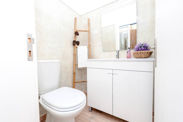 Um apartamento com um toque descontraído de campo em plena cidade.: Casas de banho campestres por alma portuguesa