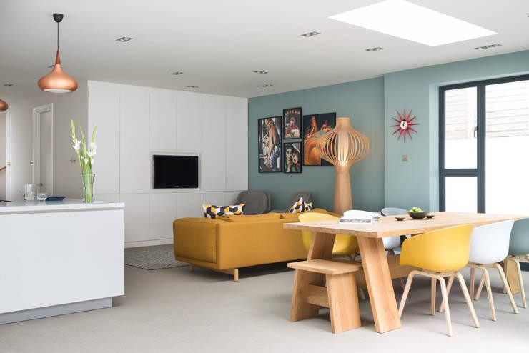 Open plan kitchen and dining Comedores de estilo moderno de SWM Interiors & Sourcing Ltd Moderno