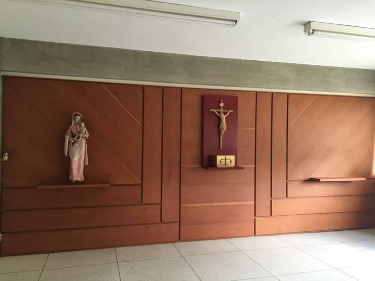 Proyecto Capilla Colegio Mater Salvatoris: Paredes de estilo  por THE muebles