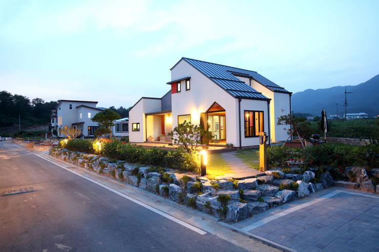 Casas de estilo  por 주택설계전문 디자인그룹 홈스타일토토, Moderno Ladrillos