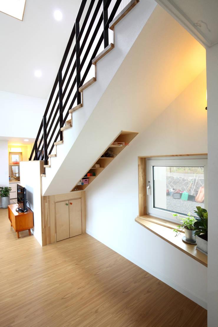 Pasillos y recibidores de estilo  por 주택설계전문 디자인그룹 홈스타일토토