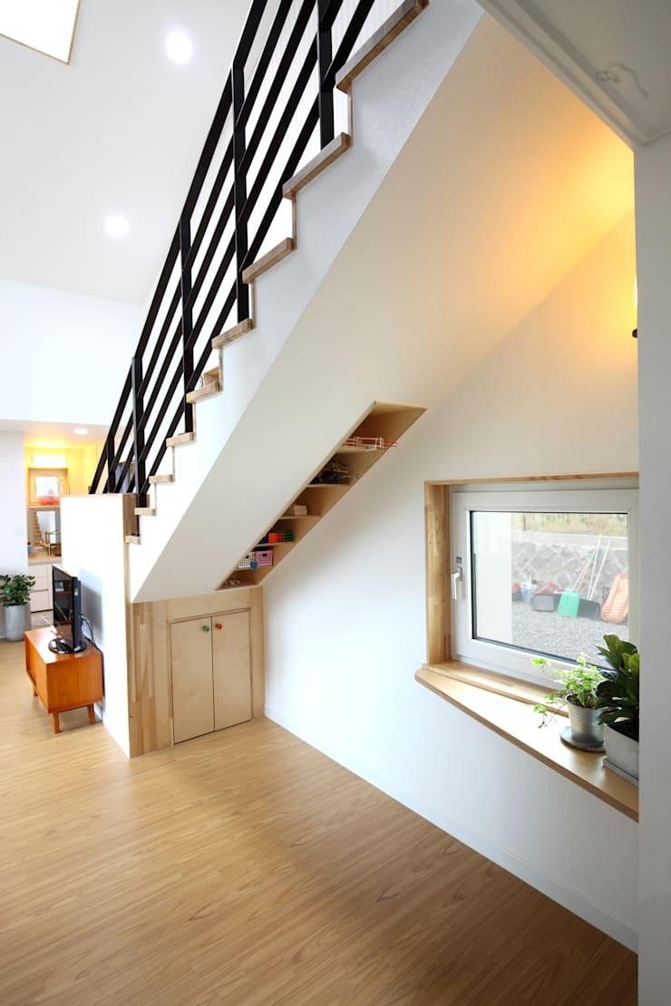 Modern corridor, hallway & stairs by 주택설계전문 디자인그룹 홈스타일토토 Modern Solid Wood Multicolored