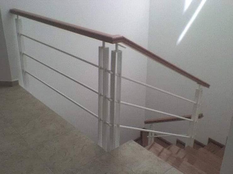 Casa Moreno: Pasillos y recibidores de estilo  por Rueda Arquitectura y Bienes Raíces