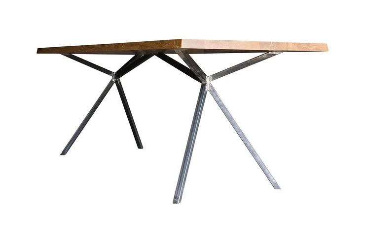 KT11 – Massivholztisch – Technik und Natur im Einklang:  Esszimmer von Christian Kroepfl