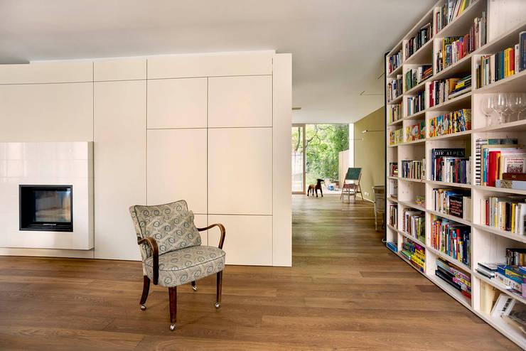 Salon de style de style Moderne par bogenfeld Architektur