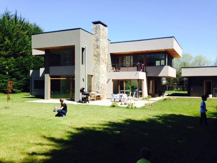 Vivienda unifamiliar: Casas de estilo mediterráneo por jorge ubilla arquitectura