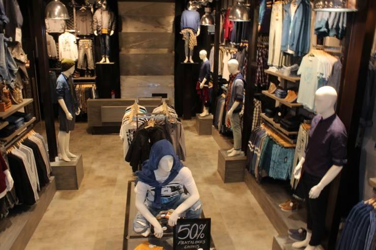 Local Comercial: Oficinas y Tiendas de estilo  por Soluciones Técnicas y de Arquitectura ,