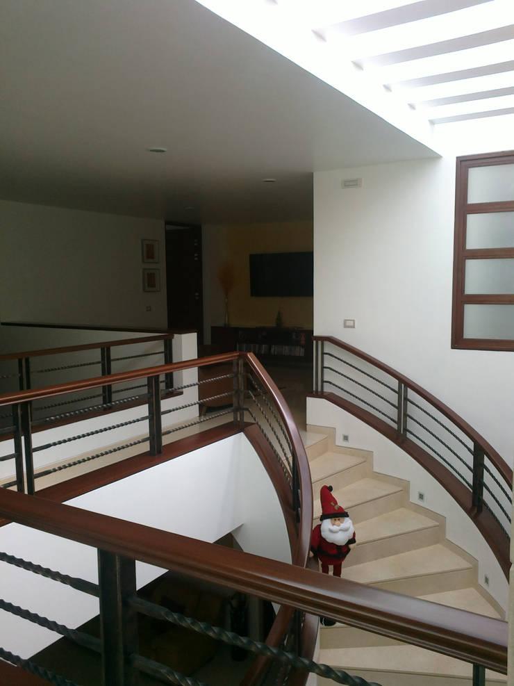 Escalera: Pasillos y recibidores de estilo  por Bojorquez Arquitectos SA de CV