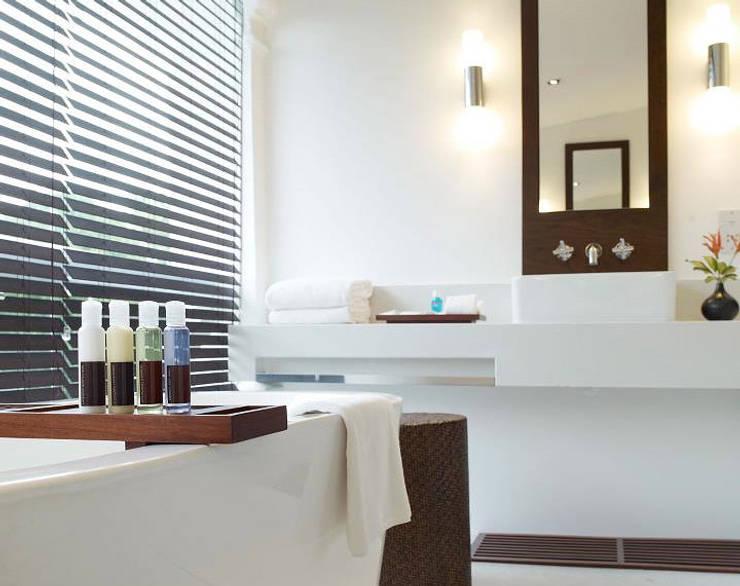 Bathroom:  Hotels by Deirdre Renniers Interior Design,Tropical