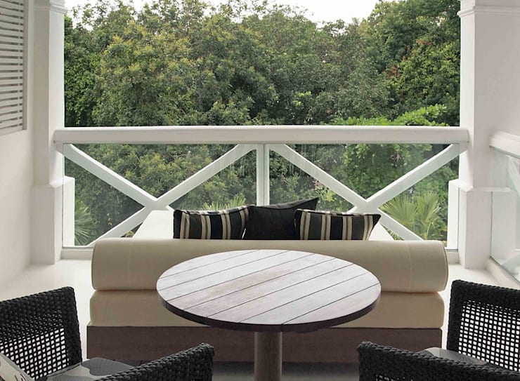 Balcony:  Hotels by Deirdre Renniers Interior Design,Tropical