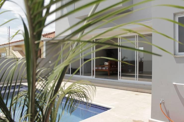 Albercas de estilo  por canatelli arquitetura e design