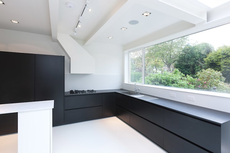 Dudley Road in Manchester:  Kitchen by Studio Maurice Shapero