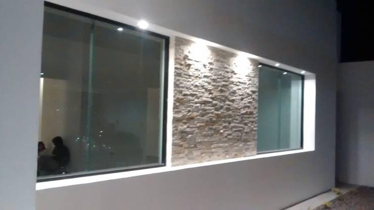 Casa Sonora:  de estilo  por Guiza Construcciones