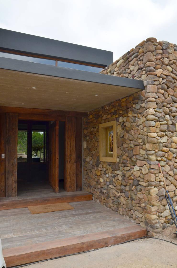 Puerta de acceso de duelas.: Ventanas de estilo  por Ignisterra