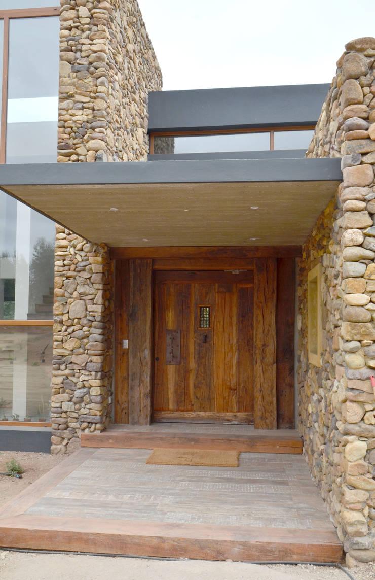 Puertas de duelas de ignisterra homify for Casas modernas con puertas antiguas