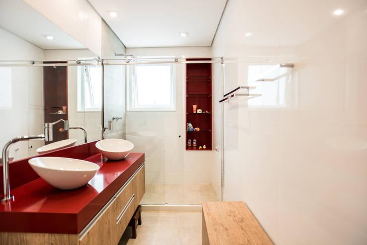 Baños de estilo moderno por L2 Arquitetura